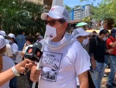 """""""Nuestras únicas armas son estas banderas"""": Pastor Alape"""