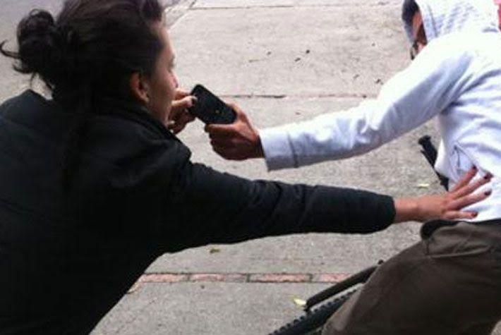"""Usar su celular en a calle es un riesgo"""